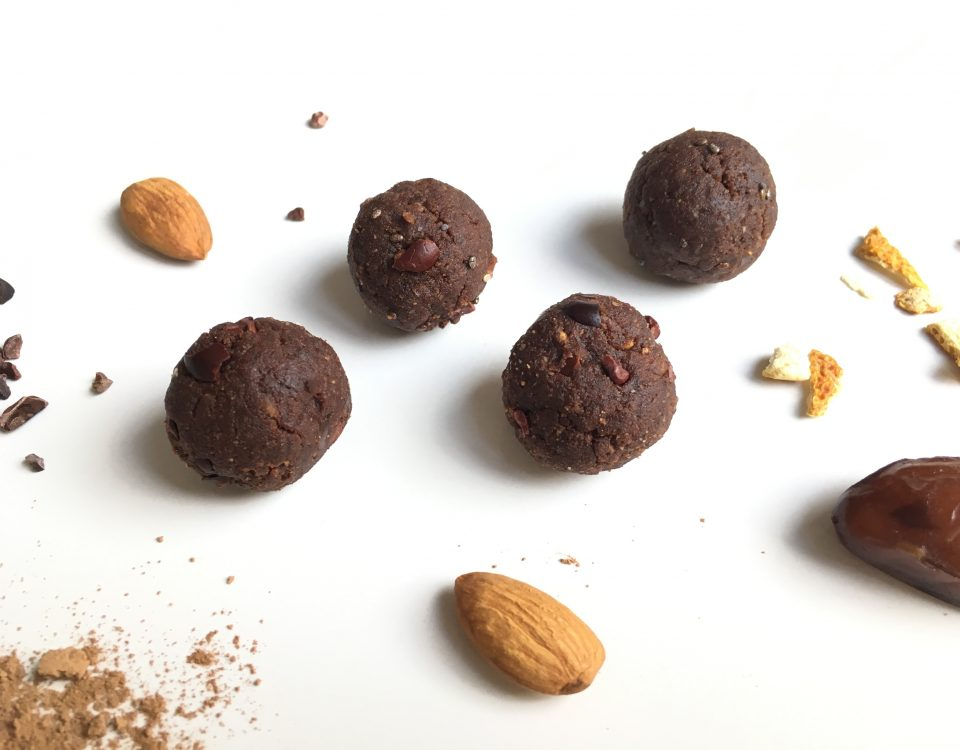 Bliss balls met sinaasappel en cacao nibs - Chocoladezusjes