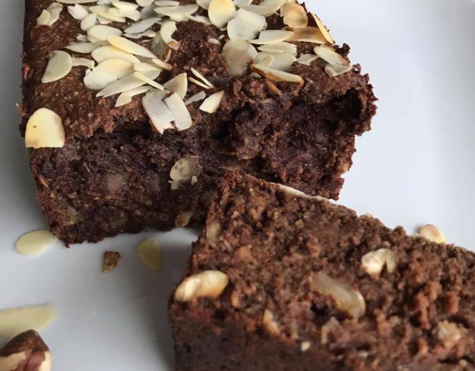 Chocolade bananenbrood met amandel en hazelnoot - Chocoladezusjes.nl