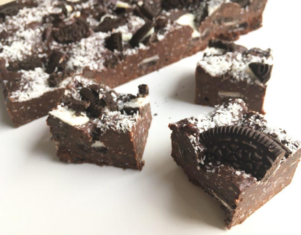 Chocoladefudge met Oreo en kokos - Chocolade Zusjes