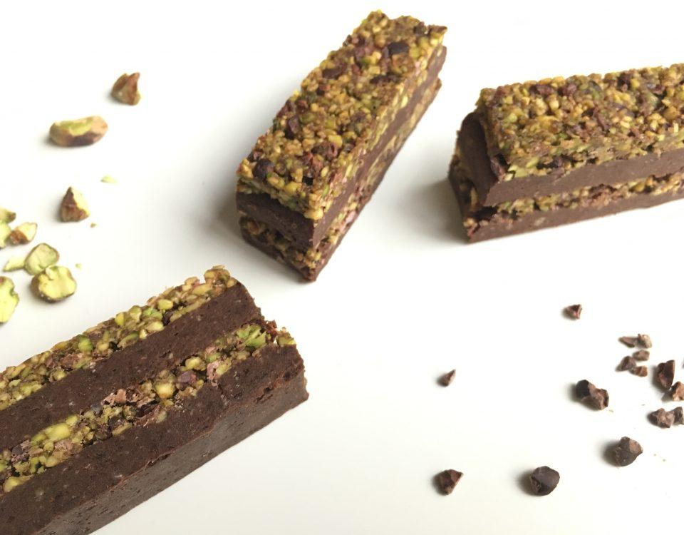 Crunchy chocolade brownie met pistachetopping - Chocoladezusjes