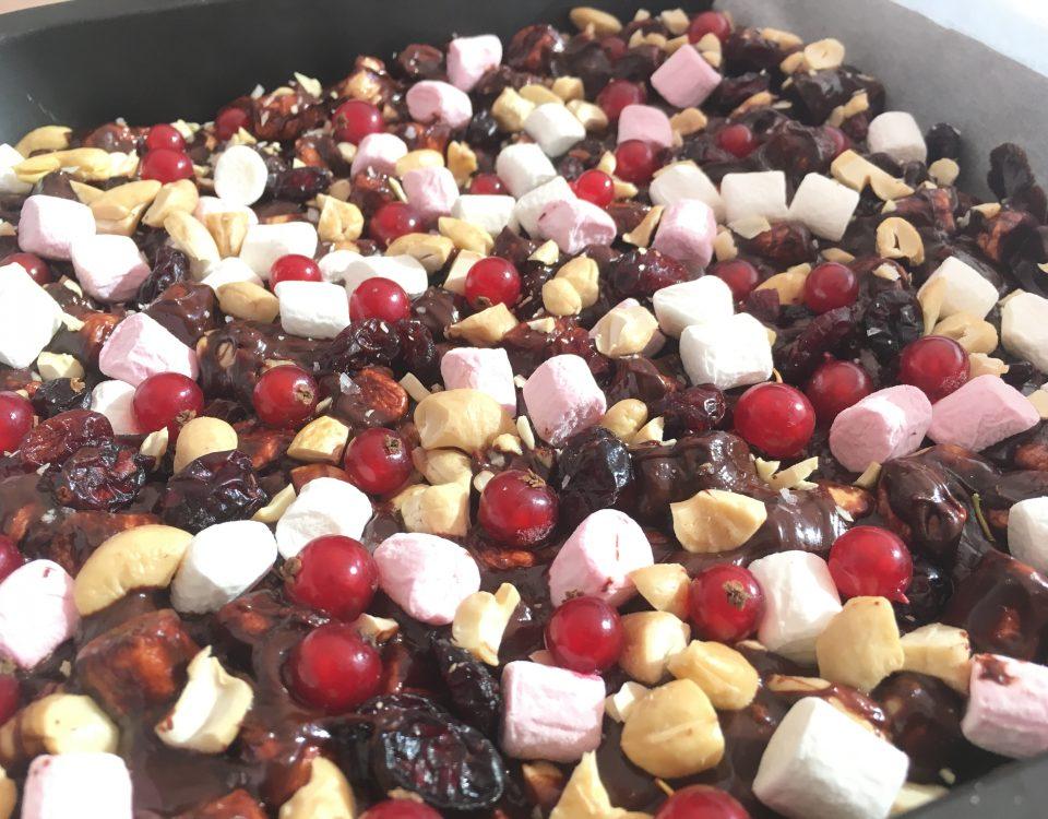 Rocky Road met cranberry, rode bessen en cashewnoten - Chocolade Zusjes