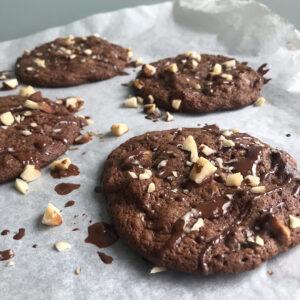 Triple chocolate chip cookie met paranoten - Chocolade Zusjes